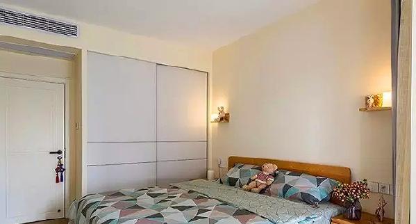 ▲ 实木床和床头柜,棉麻系的床品,追求自然味道