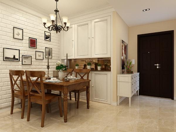 餐厅背景墙使用白色砖墙上用照片做装饰,餐桌餐椅和茶几使用传统美式的木色。客厅吊顶使用回字吊顶下反250,内用石膏线做装饰。