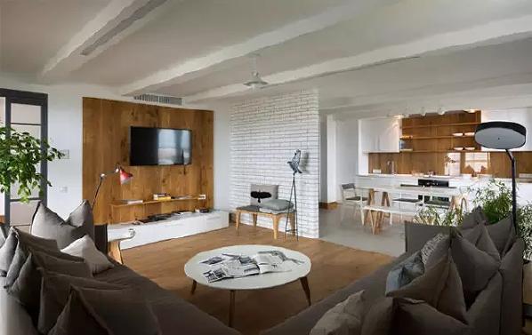 客厅局部墙面铺贴白色小砖,造价成本不高,又能丰富墙面的设计。客厅与餐厨区完全开放流通,动线是否自然,但也容易造成混乱感。因此白色有助于空间更借鉴、有秩序感