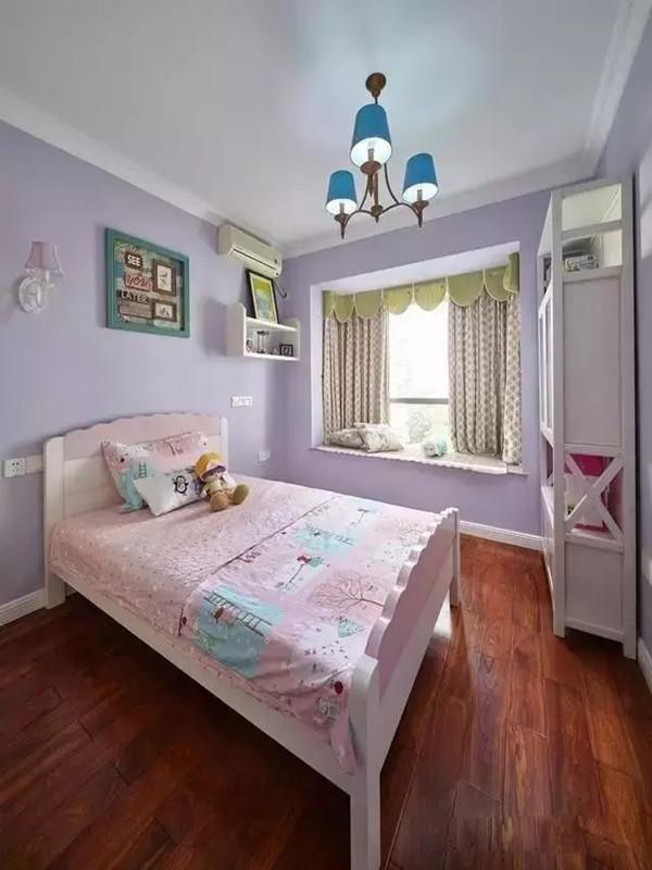 儿童房的家具不像其他房间那么复古,属于那种现代简约的风格,看起来清新甜美。