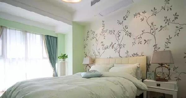 ▲ 次卧床头是同样风格的壁纸,墙壁乳胶漆刷了浅浅的绿色
