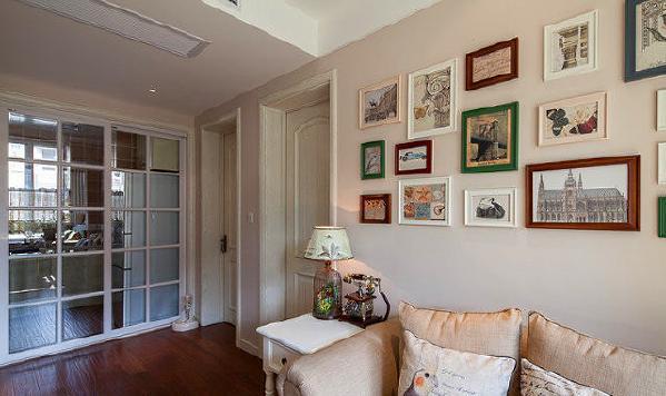 ▲ 客厅望向厨房,角几上放着房主用心淘来的鸟笼灯和复古电话