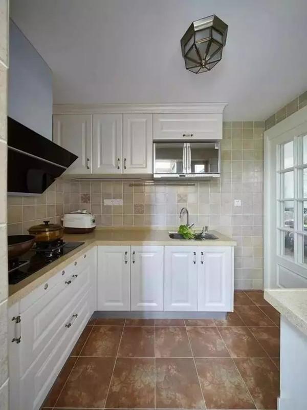 厨房顶灯很复古,墙砖和地砖突出了这种年代的感觉,玻璃推拉门既通透又起到封闭厨房的作用。