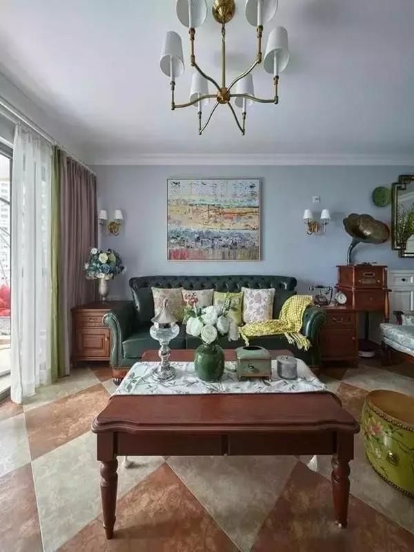 美式复古风格的客厅,有些自来旧,但是整体却并不会觉得很老土,虽然玄关灯看上去很华丽,但是客厅还是用了减法,这样简单的比较好。
