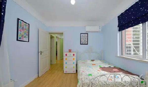 ▲ 白色雕花铁艺床,充满色彩的床品、家具和配饰