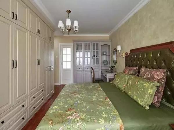 主卧床选了绿色,皮质再添一点复古味道,典型的美式风格,整整一面墙的衣柜,又大又好看。