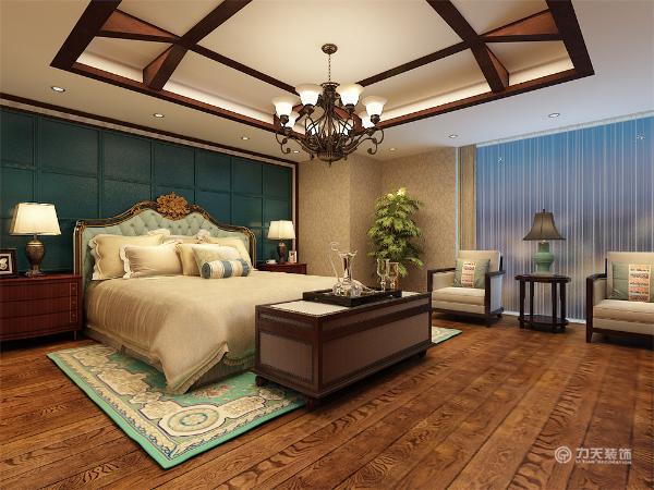 卧室在设计上采用木质结构的框架,和古朴的青铜吊灯,采用金色的壁纸,豪华的床的背景墙以及木质地板相互配和展现出东南亚风情的特色。