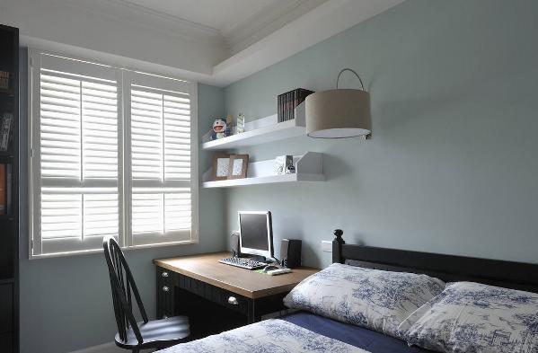 主人家有一男一女两个孩子。哥哥的房间用清新蓝作为主色调,清爽舒适的视觉感受。 床头的小书桌方便日常学习和上网。