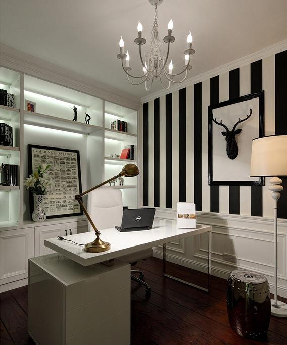 黑白条纹醒目且张扬,悬挂的鹿头装饰使时尚的空间呈现出自然的艺术感。运用纯白色彩的嵌入式书架,带来视线的清雅与饱满气质。