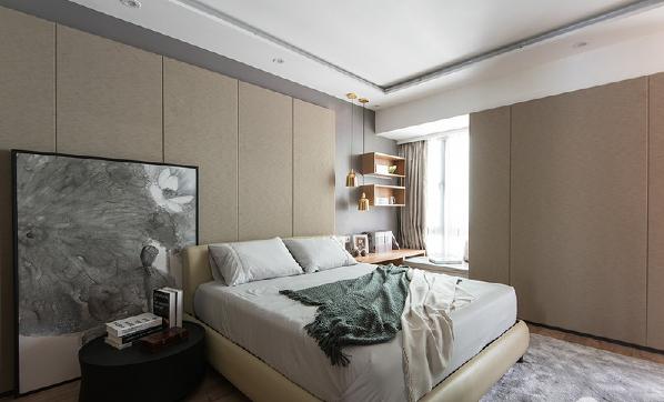 驼色的墙面延续着舒缓雅暖,令空间不缺乏色彩的同时也并不张扬,低调地将舒适度提升为最高度;艺术画随性的放置在床头一侧,与黄铜吊灯、悬挂式木柜形成对应,和谐共融,令卧室也不乏生机。