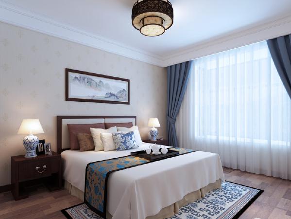 卧室借青花瓷台灯延续整个空间的中式情谊,从床品到地毯无一例外,显得空间不仅飘逸还因山水画隐藏着墨韵,别有滋味。