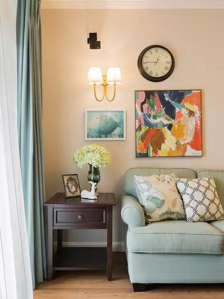 软装上,也是参考设计师的建议,业主非常喜欢墙面,感觉很有生机。暖色的墙面非常温馨舒适的客厅,装修非常简单,木质地板,后期软装很关键。