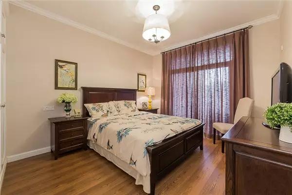 父母的卧室家具深色安静。