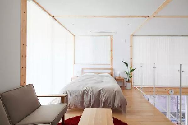▲二楼是较为私密的空间,设计师索性就把卧室直接设计成开放式的,在能够被暖阳直射的位置,摆上一张舒适的软床,让书面空间充满了舒适感。