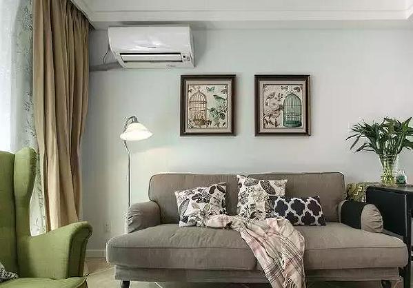 ▲ 浅灰色的沙发简单、大气,配上深色的家具让空间显得轻重相宜,不浮躁。