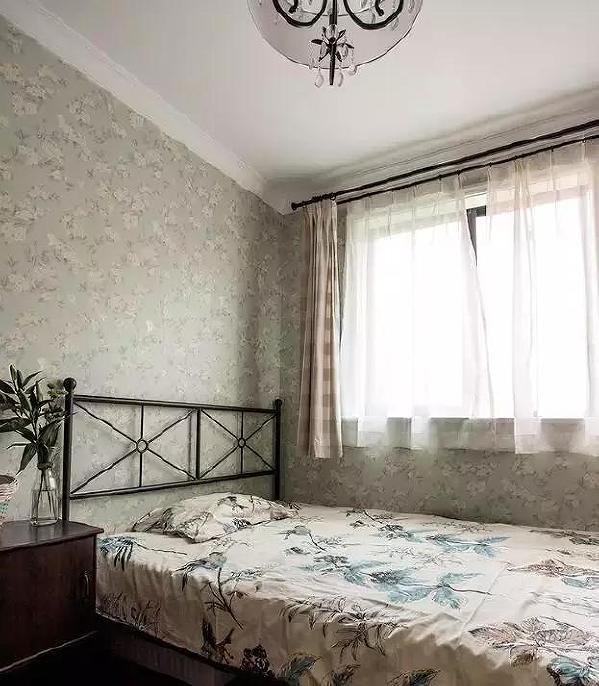 ▲ 次卧的壁纸选择了清爽的浅绿色,窗边的纱帘摇曳,带来浪漫的气息。