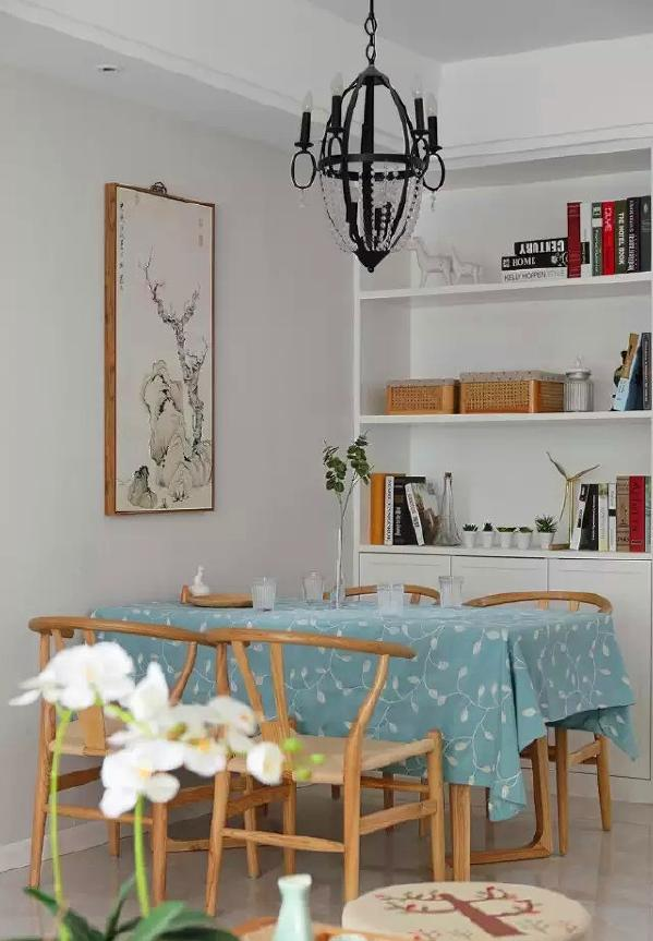 ▲ 实木餐桌Y椅,搭配中式挂画和欧式吊灯,混搭出一种特别的风格