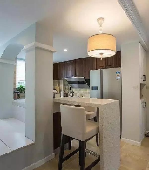 ▲进门后的右手边是厨房,半开放式的设计,沿着台面延伸出来的吧台可以作为简易的餐桌, 做好的美味菜肴直接上桌开动,是不是很赞?