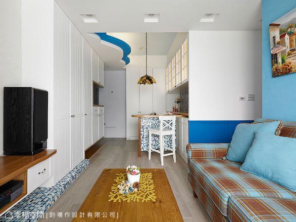 蓝白色彩的马赛克砖,以同质语汇串接着吧台桌脚以及电视主墙下方的地景设计,犹若海面浪花轻拍着家私细节。