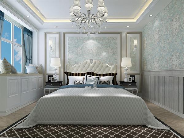 卧室墙采用蓝色壁纸,并选用欧式双人床,床背景有回型石膏线造型对称和谐,飘窗部分可供户主休息阅读。