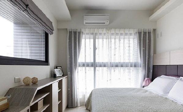 考量卧室的采光需求,设计师局部封起床头对向的完整采光面,增设收纳矮柜与梳妆台机能,加强空间实用性。