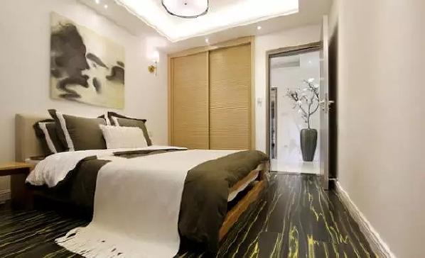 ▲次卧同样运用了中式风的装修手法,床头背景墙用一幅写意的水墨画,替代了原本的婚纱照,使空间风格更加统一。