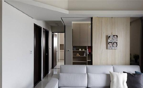 以浅色梧桐木呼应空间主题,搭配铁件镜面拉门与茶玻,作为与书房的场域分界,同时保有视觉连结性。