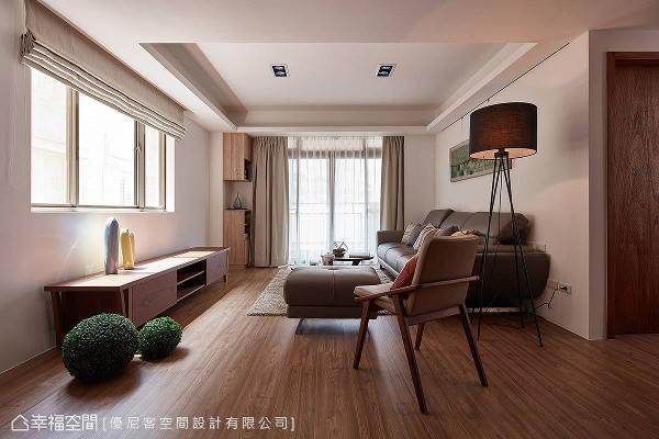 来到客厅,空间中揉合了光影的变化,设计师黄仲均更为屋主调整沙发与电视的位置,使其兼具生活便利与风水的考虑。
