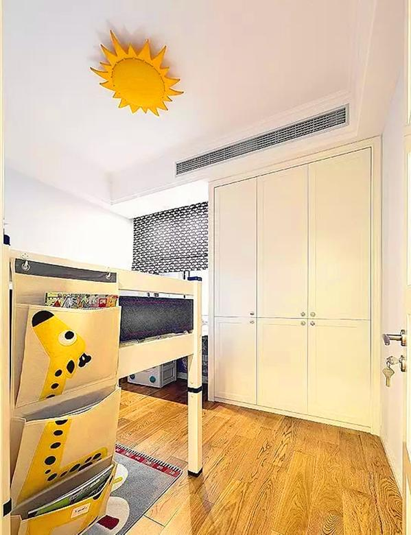 ▲ 儿童房也有柜子、有书桌,面积不大该有的功能都有