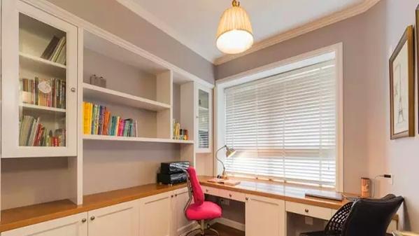 ▲ 书房定制的书桌和书柜考虑到了收纳和展示功能的协调