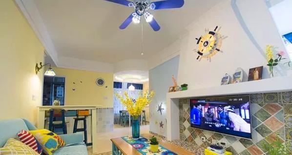 ▲ 客厅一侧用吧台桌进行隔断,除了电视背景墙,其他的硬装尽量简洁