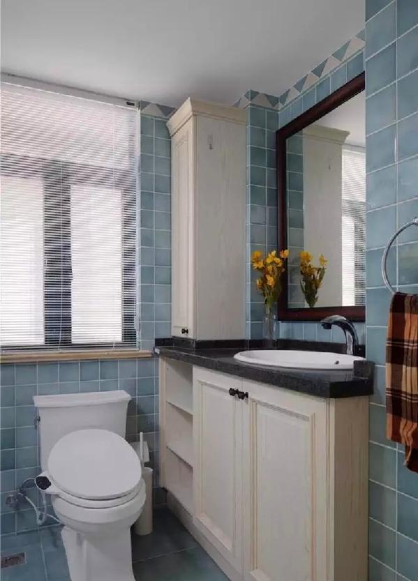 ▲ 和客厅柜体同款的定做浴室柜,灰蓝色的复古小砖统一中有变化