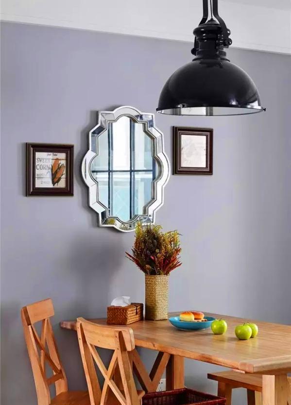 ▲ 原木清漆桌和黑色铁艺吊灯,墙上装饰镜非常精致美丽