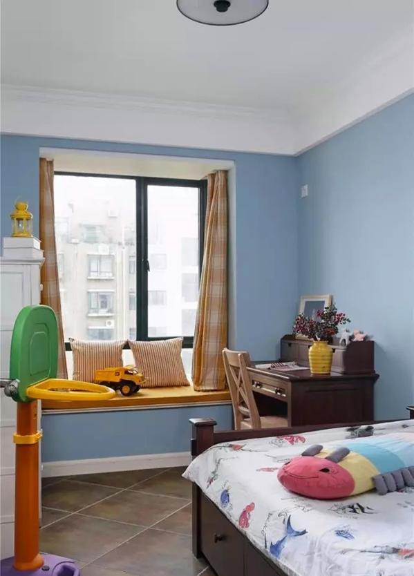 ▲ 儿童房用了带储物抽的箱式床,小小的书桌、飘窗是他学习休息的区域