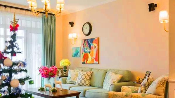 ▲ 浅绿色的沙发配上传统美式茶几,温馨又清新