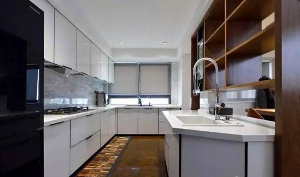 ▲ 地面都是一体处理,搭配白色橱柜和仿大理石纹理的墙砖