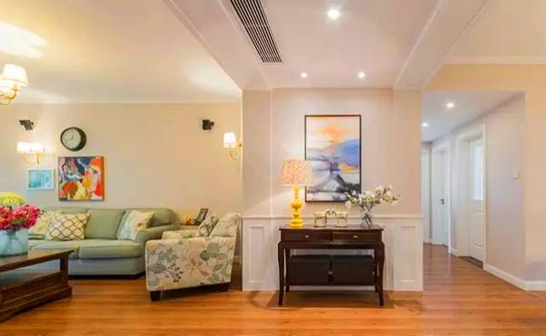 ▲ 进门左手边是客厅,右手边是走廊以及餐厅,全屋木色地板