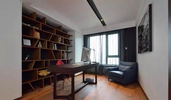 ▲ 不规则搁板的书柜很有设计感,顶部极简的灯光设计