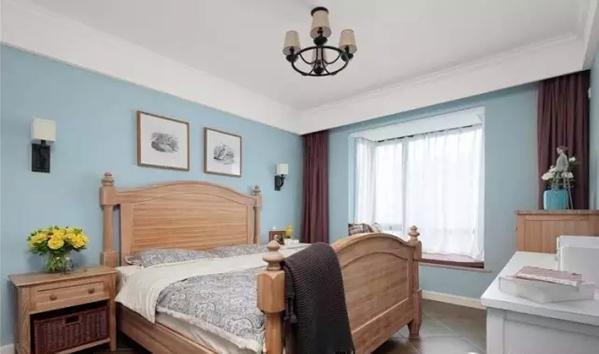 ▲ 马卡龙蓝色背景,木色美式造型床,没有丝毫厚重感