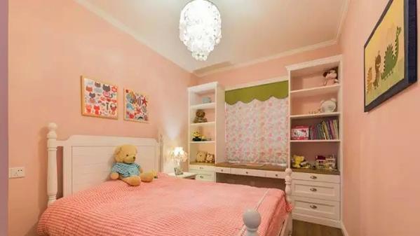 ▲ 儿童房偏粉色,靠窗设计的书桌柜子合理利用空间