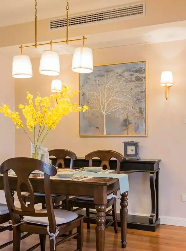 ▲ 金色金属质感的三头吊灯,深棕色美式餐桌椅