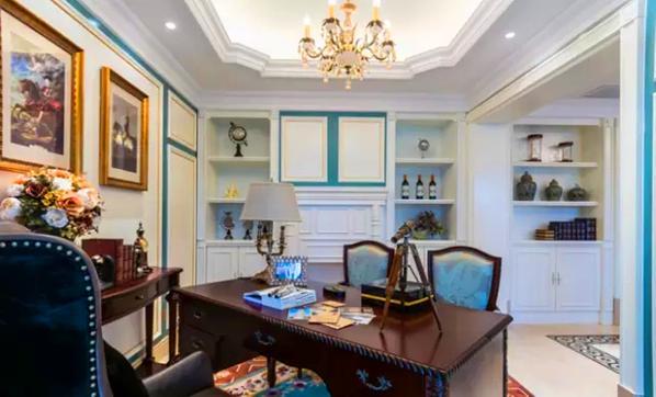 ▲工作区的一面墙壁,做了展示柜、酒柜和收纳柜的功能,高效地利用空间。