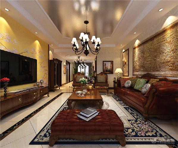 电视背景墙以两边木框线圈边,中间为黄色花纹壁纸,显得大气,美观,而不乏时尚感,沙发背景墙则以两边木框线圈边搭配欧式花纹壁纸,中间为石材浮雕的造型;