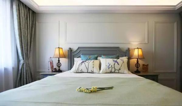 ▲ 卧室主人不喜欢沉闷的感觉,用美式背景混搭中式,素雅的配色,清爽大气