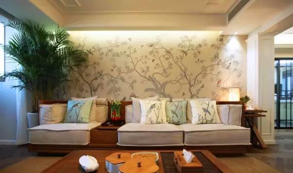 ▲ 中式纹理石膏线吊顶,反口灯槽将工笔手绘花鸟壁纸衬托得精致典雅