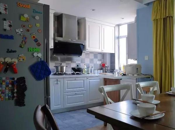 ▲ 蓝白拼色小方砖,搭配白色橱柜,厨房的颜值担当