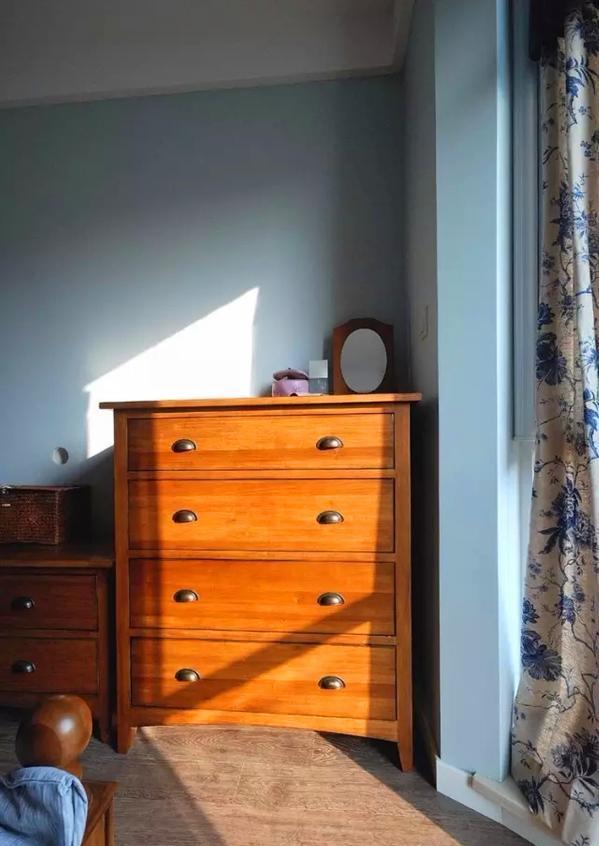 ▲ 阳光顺着窗户洒进来,把多斗柜映出了金黄色
