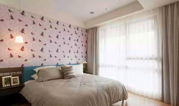 ▲主卧的设计以简洁实用为主,只布置常用的家具和简单的装饰品,淡紫色床头背景墙让空间中萦绕着浪漫的气息。