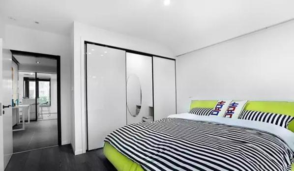 ▲ 绿色软床是整个卧室的主角,衣帽间和梳妆台都藏在移门后边