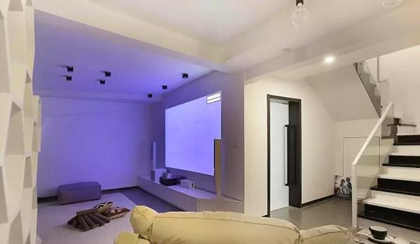 ▲ 黑白搭配玻璃扶手的楼梯,下楼玻璃门后是书房